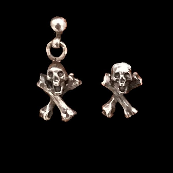 GRAVE YARD - TINY SKULL CROSS BONE EARRINGGRAVE YARD - TINY SKULL CROSS BONE EARRING MIXGRAVE YARD - TINY SKULL CROSS BONE EARRING MIX